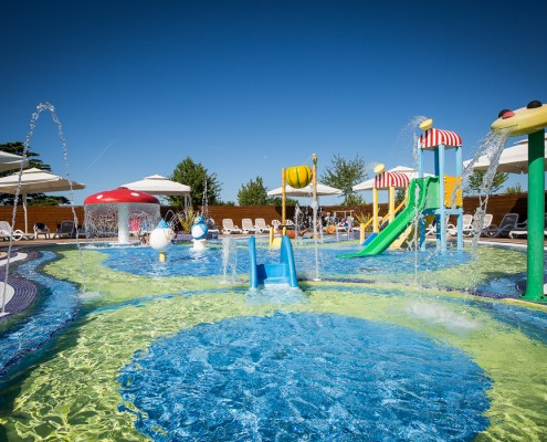 Piscines ext rieures camping vend e 5 toiles le pin parasol for Camping 5 etoiles vendee piscine couverte