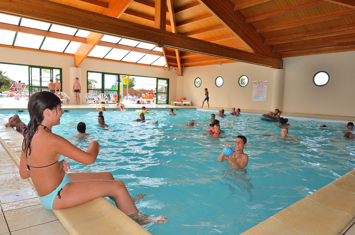 Piscine couverte 2 camping vend e 5 toiles camping le for Piscine couverte