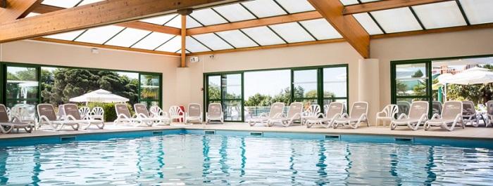 piscine couverte au camping en Vendée