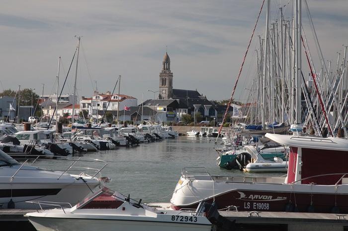 Port et église de Saint Gilles Croix de Vie à quelques minutes du camping étoiles Pin Parasol