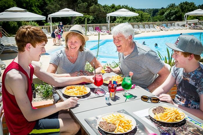 mobilhome avec terrasse pour dejeuner au soleil