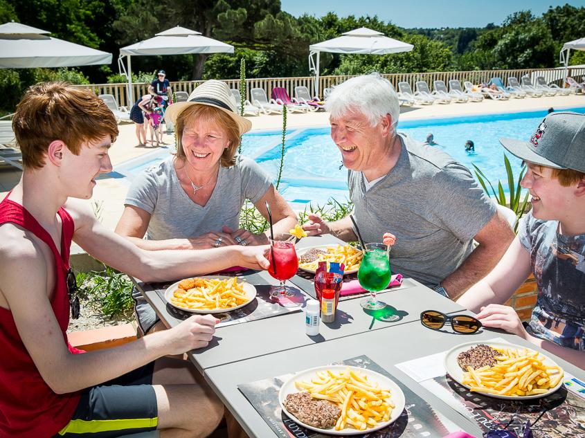 Le luxe de déjeuner au bord de la piscine grâce à l'espace bar snacking